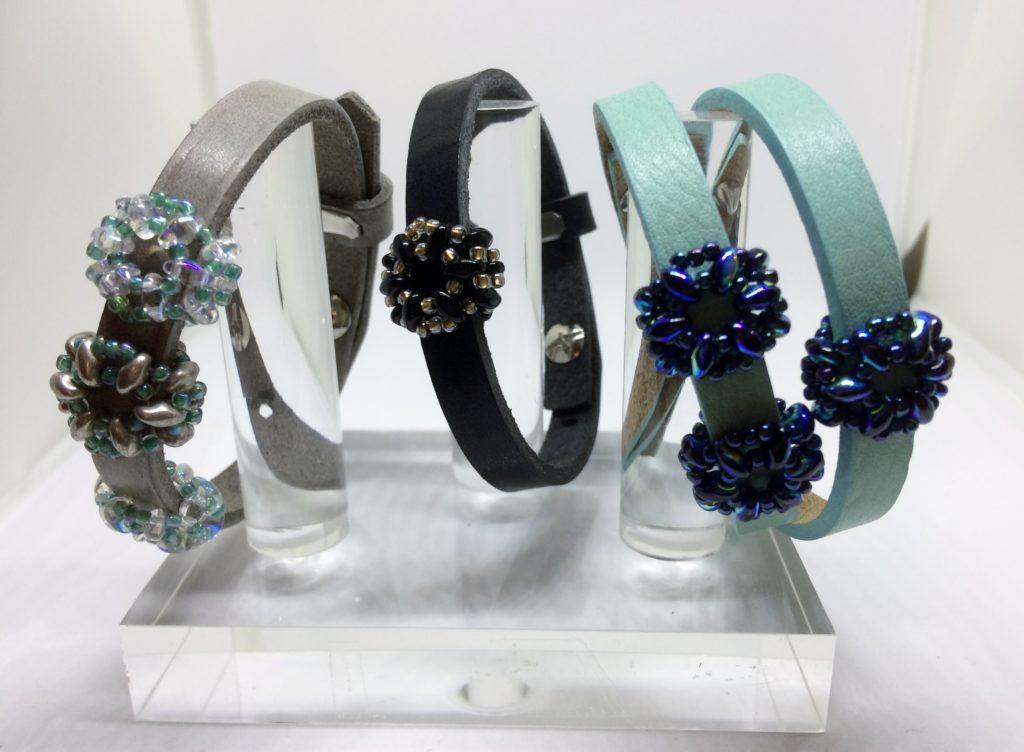 De Workshopsite - Lederen armband met schuivers van kralen